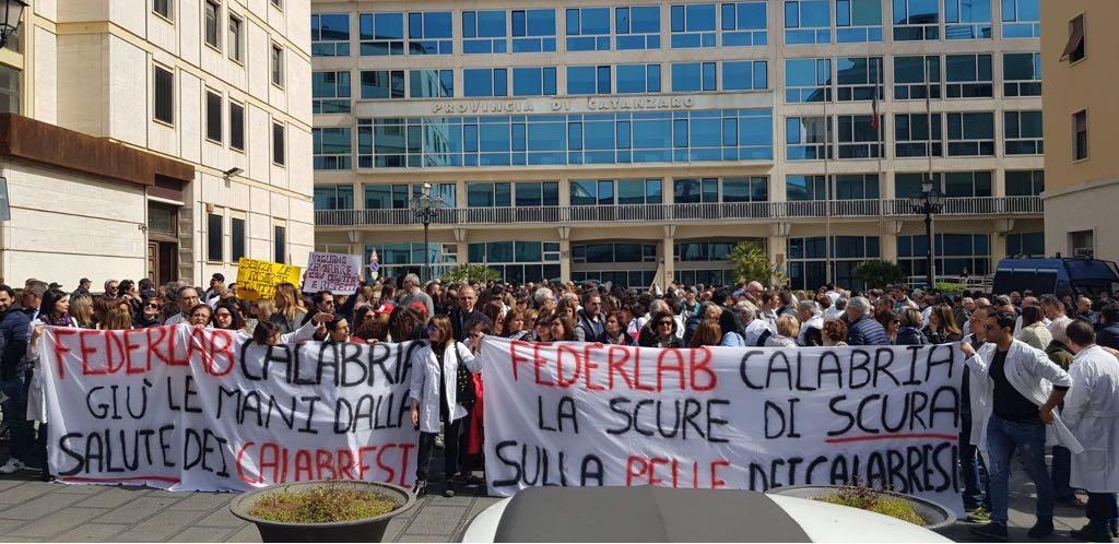 Laboratori, a Catanzaro la protesta della sanità privata contro i tagli del commissario
