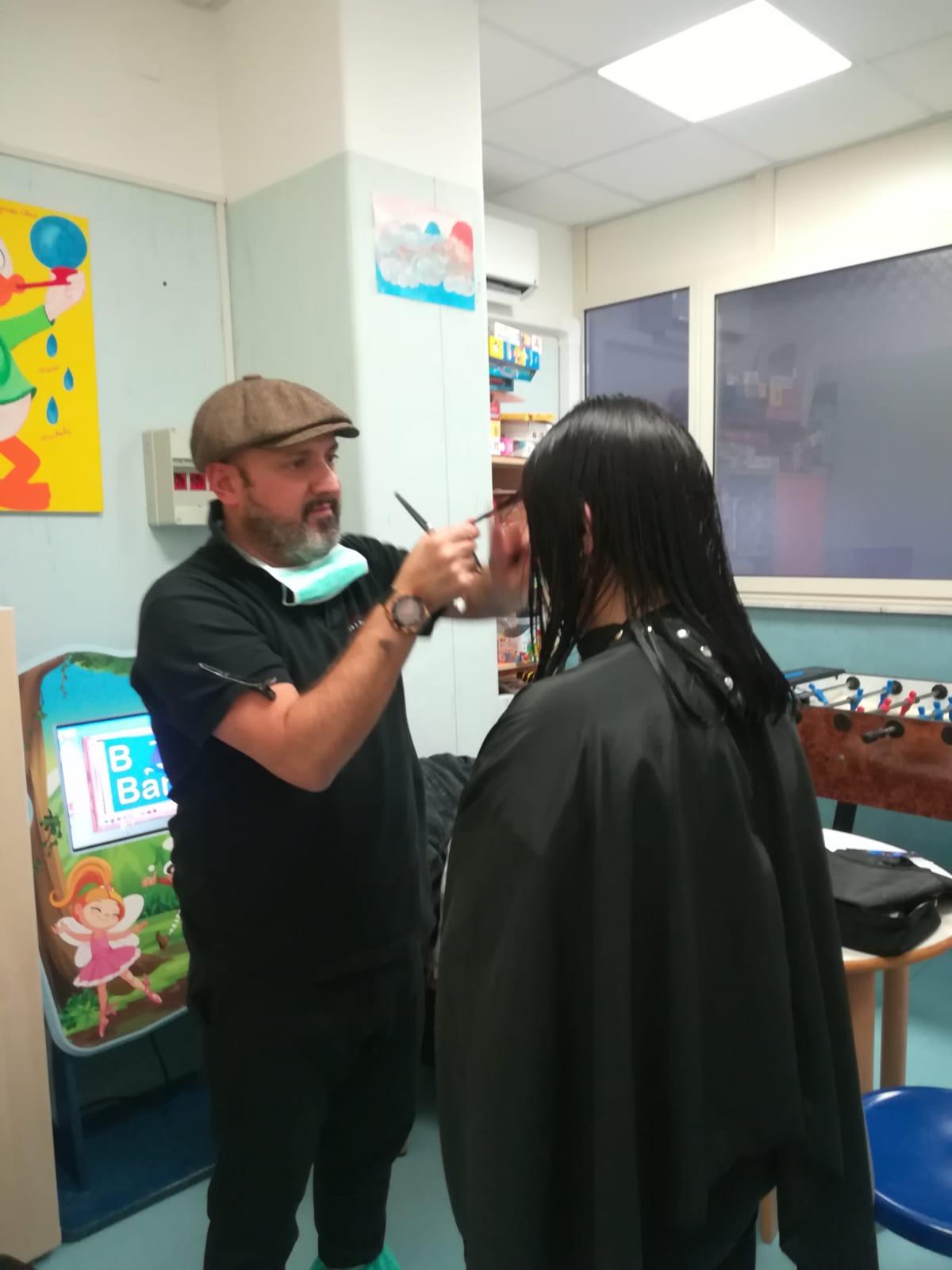 Il parrucchiere Roberto Esposito dona un nuovo look alle mamme dei bambini ricoverati al Pausilipon